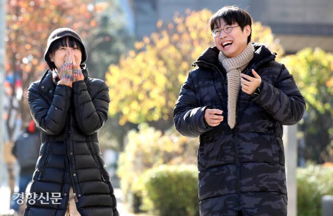 """이다울(왼쪽)은 질병으로 '납작해진' 몸을 구해내려 글을 쓰기 시작했다. 안희제는 김원영의 <실격당한 자들을 위한 변론>을 읽고 """"말이 쏟아져 나오는 경험""""을 했다. 당시 쓴 서평이 글쓰기의 출발이다. 두 사람이 지난 23일 서울 신도림동에서 걷고 있다. 촬영을 위해 잠시 마스크를 벗었다. 권호욱 선임기자"""