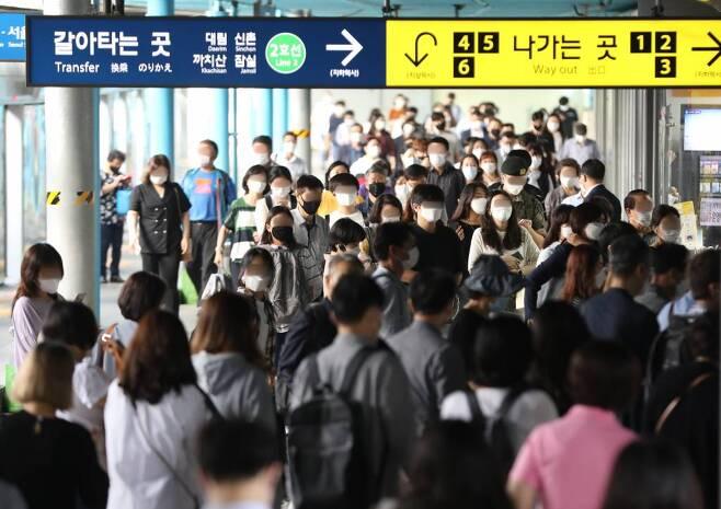 지난 9월 서울 구로구 신도림역에서 마스크를 쓴 시민들이 지하철을 이용해 출근하고 있다./사진=뉴스1