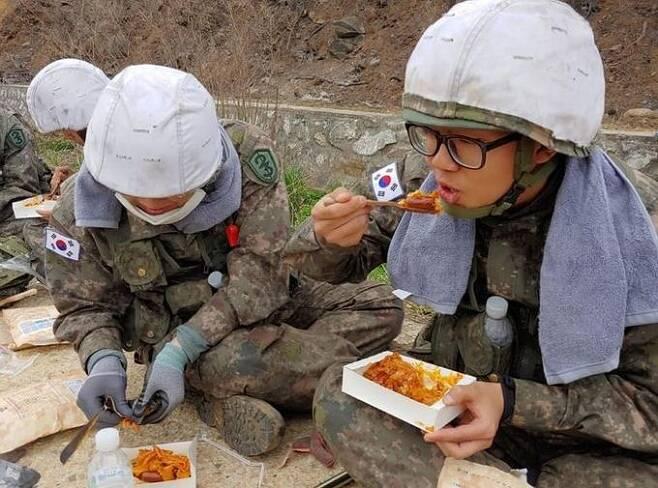 지난해 4월 강원도 산불 당시 진화작업에 참가했던 육군 장병들이 전투식량을 먹고 있다. 육군 페이스북
