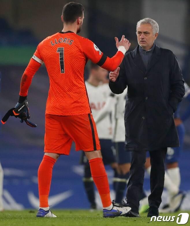 첼시전 무승부로 리그 선두 자리를 되찾은 토트넘의 모리뉴 감독 © AFP=뉴스1