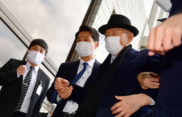 전두환 전 대통령이 5·18 헬기 사격을 목격한 고(故) 조비오 신부의 명예를 훼손한 혐의의 재판을 받기 위해 30일 오후 광주 동구 광주지법 법정동으로 들어가고 있다. 뉴스1