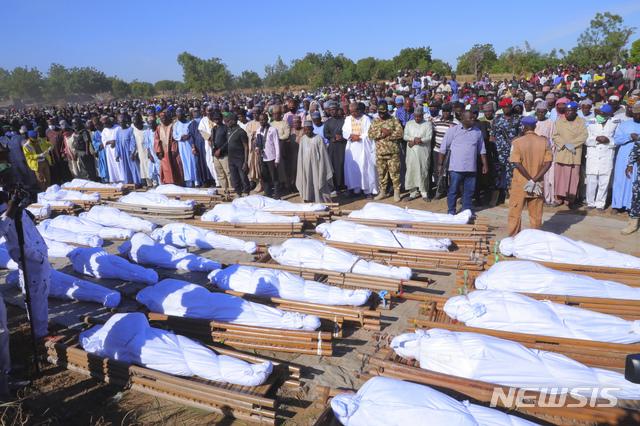 [자바르마르(나이지리아)=AP/뉴시스]29일(현지시간) 나이지리아 자바르마르에서 사람들이 보코하람 무장세력에 살해된 희생자 장례식에 참석하고 있다. 나이지리아 경찰은 이슬람 무장단체인 보코하람이 한 농장을 습격해 농민 등 주민 최소 44명이 숨졌다고 전했다. 2020.11.30.