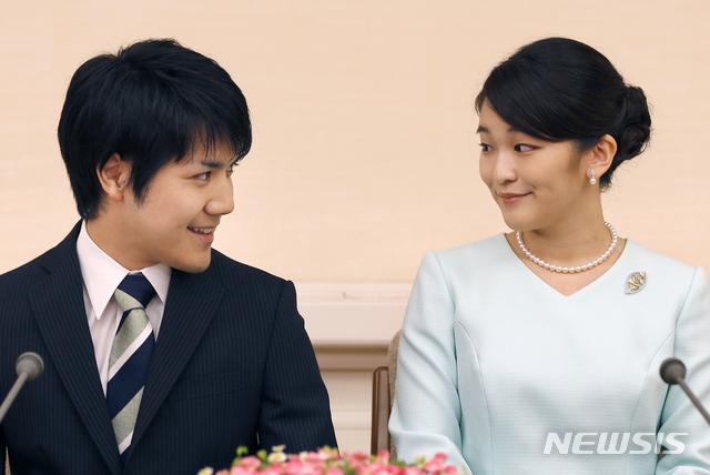 [도쿄=AP/뉴시스] 지난 2017년 9월 3일 마코(眞子) 공주(오른쪽)가 대학교 동급생인 고무로 게이(小室圭)와 도쿄에서 기자회견을 열고 약혼을 발표하고 있다. 2020.11.30.