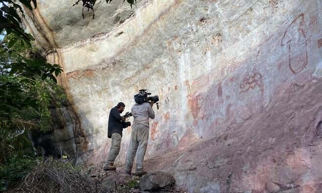 아마존 열대우림에서 발견된 고대 벽화를 카메라에 담고 있는 채널4 다큐멘터리팀의 모습.(사진=엘라 알사마히)