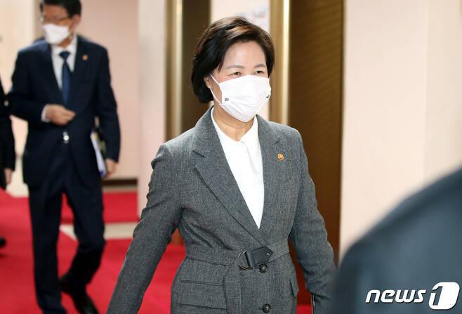 추미애 법무부 장관이 1일 오전 서울 종로구 정부서울청사에서 열린 국무회의에 참석하고 있다. 2020.12.1/뉴스1 © News1 이광호 기자