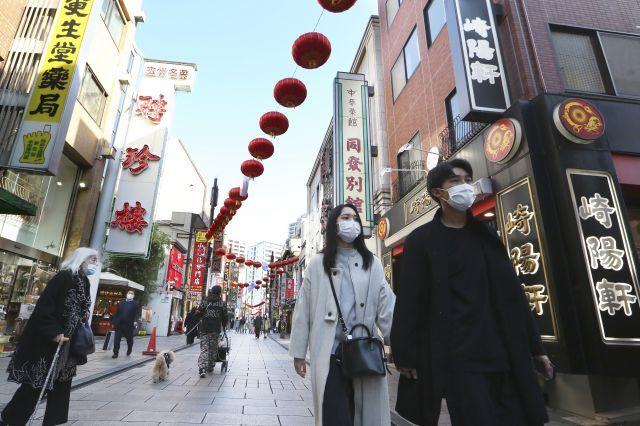 일본 가나가와현 요코하마의 차이나타운에서 1일 마스크를 쓴 시민들이 걷고 있다. AP 연합뉴스