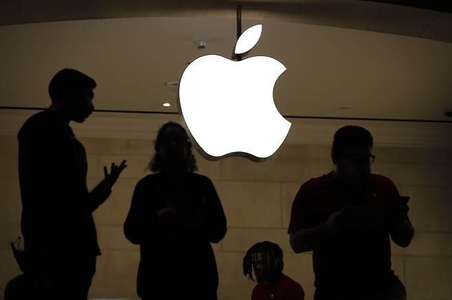 전망 어두운 애플 - 3일(현지시간) 미국 뉴욕의 애플스토어 안에 직원들이 서 있다. 이날 뉴욕 증시에서 애플의 주가가 10% 가까이 폭락했다. 전날 애플이 1분기 실적 전망을 5~9% 가량 낮춘 여파가 작용했다. 2019.1.4 AFP 연합뉴스