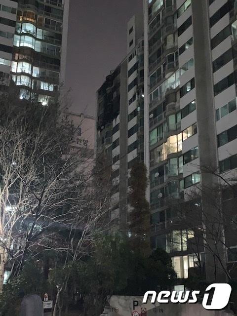1일 오후 4시 37분쯤 군포시 산본동 소재 백두한양아파트에서 불이나 4명이 숨지고 1명이 중상을 입었다. © 뉴스1 조정훈 기자