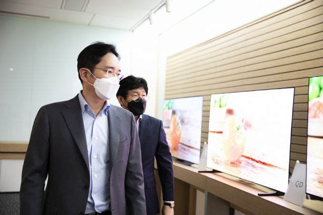 이재용 삼성전자 부회장이 삼성디스플레이 아산 사업장을 방문해 디스플레이 생산라인을 둘러보고 있다. (사진=삼성전자)