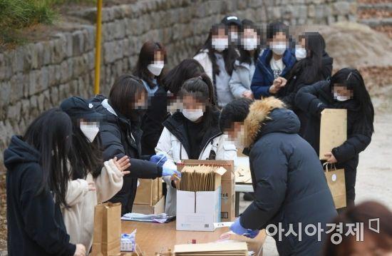 2021학년도 대학수학능력시험 예비소집일인 2일 서울 이화외고에서 수험생들이 수험표와 방역물품 세트를 드라이브 스루와 워킹스루 형식으로 받고 있다. /문호남 기자 munonam@