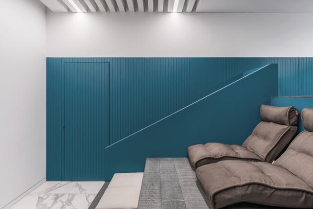 집의 1층에는 실제 영화관을 축소한 듯한 계단식 의자와 통로를 갖춘 전용 영화관이 있다. 송유섭 건축사진작가