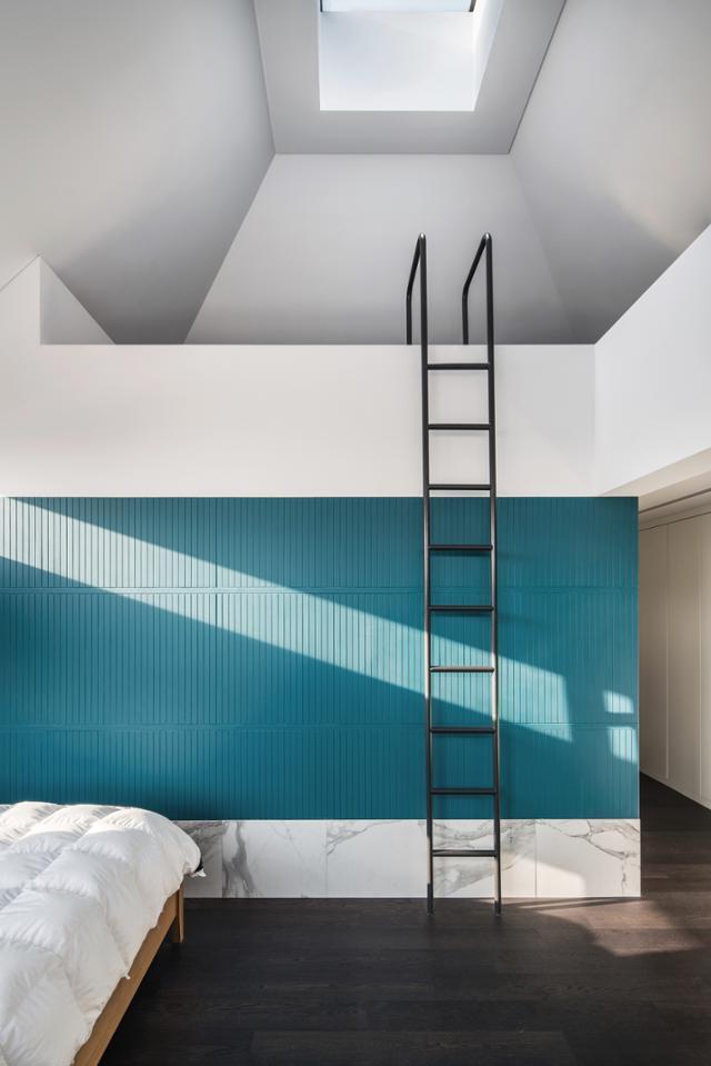 2층 부부의 방은 수영장의 요소를 도입해 재미를 더했다. 송유섭 건축사진작가