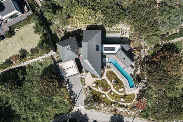 """40대 중반에 용기 내 전원주택을 감행한 건축주 정병준씨는 """"퇴근하고 들어가는 집이 아니라 내가 좋아하는 것을 마음껏 누릴 수 있는 집이다""""고 말했다. 송유섭 건축사진작가"""