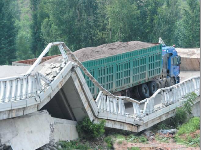 2011년 중국에서 모래 160t을 실은 트럭 때문에 다리가 붕괴되는 사고가 발생했다. [사진 한국도로공사]