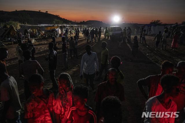 [카다리프=AP/뉴시스]지난달 26일(현지시간) 수단 동부 카다리프의 움 라쿠바 난민 수용소에 티그라이 난민들이 모여 있다. 2020.12.02