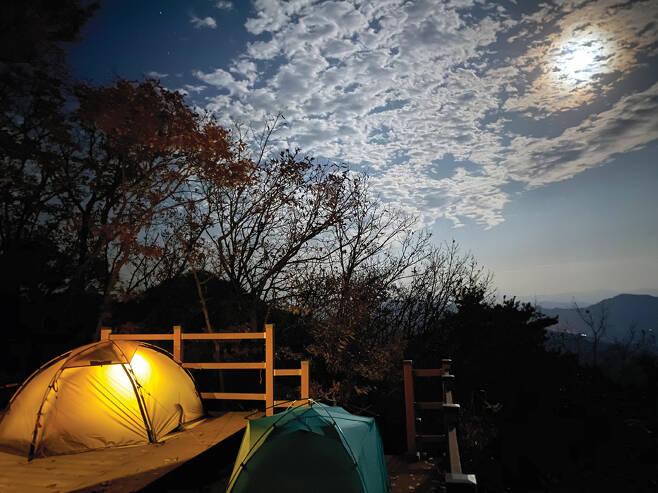 전북 진안 부귀산 전망대에서의 야영. 구름에 가려진 달이 운치를 더해주었다.