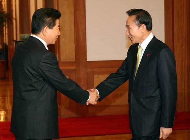 2007년 12월28일 오후 청와대에서 회동하는 노무현 대통령과 이명박 대통령 당선인. 연합뉴스