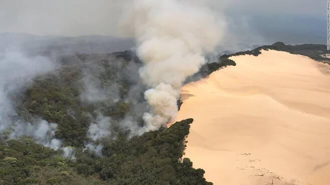 연기에 휩싸인 호주 프레이저 섬 전경