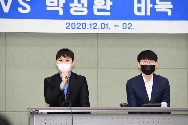 7번기가 끝난 뒤 인터뷰에 나선 박정환(왼쪽)과 신진서 [한국기원 제공. 재판매 및 DB금지]
