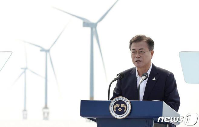 문재인 대통령이 지난 7월17일 전북 부안군에 위치한 서남권 해상풍력 실증단지에서 열린 '한국판 뉴딜, 그린 에너지 현장 - 바람이 분다' 행사에서 인사말을 하고 있다. (청와대 제공) 2020.7.17/뉴스1 © News1