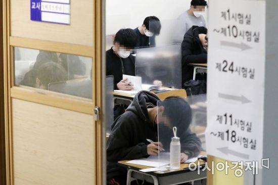 2021학년도 대학수학능력시험일인 3일 서울 종로구 경복고등학교에 마련된 시험장에서 수험생들이 시험 시작을 기다리고 있다. /사진공동취재단