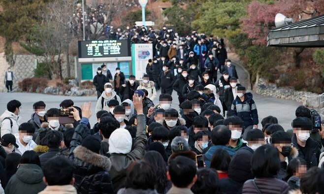 3일 서울 종로구 경복고등학교에서 2021학년도 대학수학능력시험을 마친 수험생들이 나오고 있다. 연합뉴스
