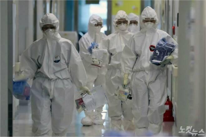 2일 서울의료원 코로나19 종합상황실에서 격리 환자들을 상대하는 의료진이 분주하게 움직이고 있다. 박종민기자