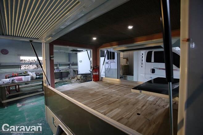 좌우측에는 캠핑카 전용 창문이 마련되어 있고 블라인드와 방충망이 있어 실용적이다