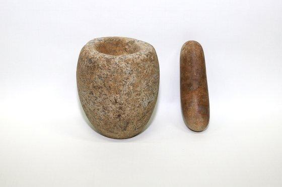 경주 쪽샘지구 44호 돌무지덧널무덤(적석목곽묘)에서 출토된 돌절구와 공이.[사진 국립경주문화재연구소]
