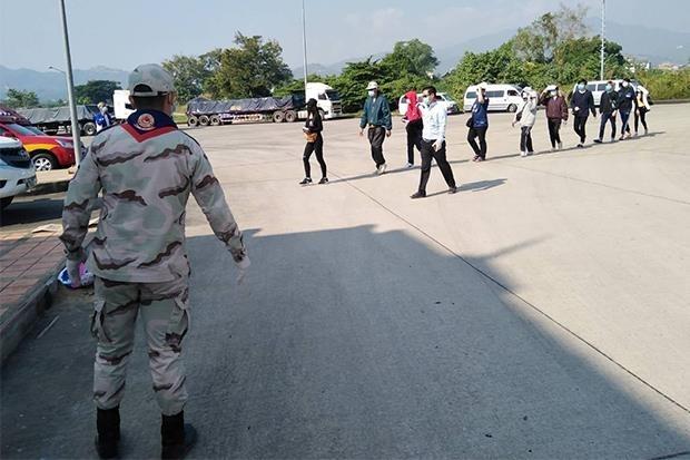 미얀마 타칠레익주에서 돌아오는 태국인들을 지켜보는 검무소 직원. 2020.12.7 [Mae Sai 지역사무소 페이스북. 재판매 및 DB 금지]
