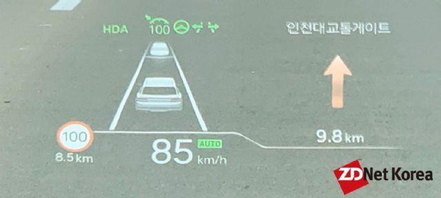 제네시스 GV80 헤드업디스플레이 화면, 자동차선변경 가능한 HDA2 실행화면 등이 담겨있다. (사진=지디넷코리아)