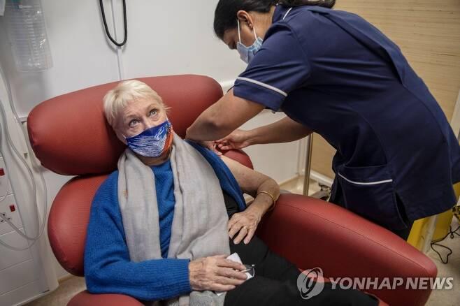 영국에서의 코로나19 백신 접종 [로이터=연합뉴스]