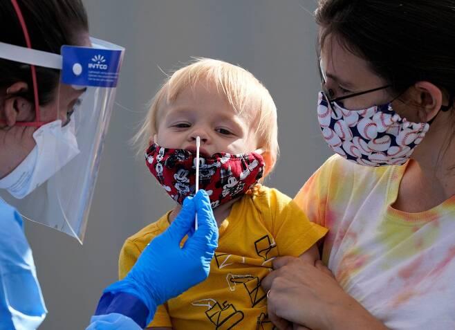 미국에서 한 살 된 아기의 코에서 코로나 검사용 시료를 채취하는 모습. 코로나 확진자 중 어린이는 1%가 채 되지 않는다./AP연합