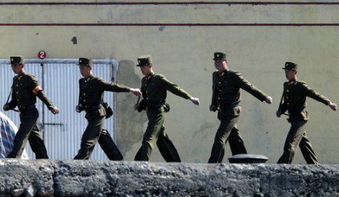 근무교대하는 북한 국경경비대 군인들/조선DB