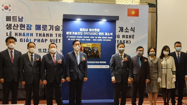 11일 베트남 하노이에서 열린 베트남 생산현장 애로기술지도(VITASK) 센터 개소식에서 참석자들이 포즈를 취하고 있다. 하노이=연합뉴스