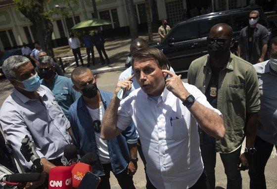 자이르 보우소나르 브라질 대통령이 지난 11월 29일 마스크를 착용하지 않은 채 취재진과 지지자들을 만나 브리핑을 하고 있다. [AP=연합뉴스]