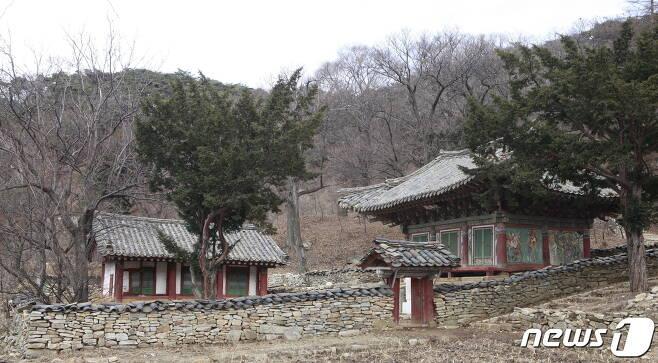 평안북도 영변군 약산동대 서쪽 기슭에 있는 서운사 전경. 현재는 대웅전과 청운당만 남아 있다. (미디어한국학 제공) 2020.12.12.© 뉴스1
