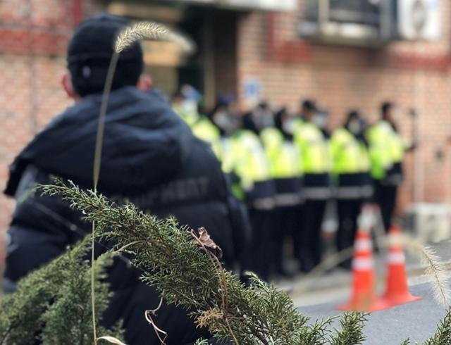 12일 오후 경기 안산시에 위치한 조두순 거주지 앞에서 경찰이 시민들의 진입을 막고 있다. 이승엽 기자