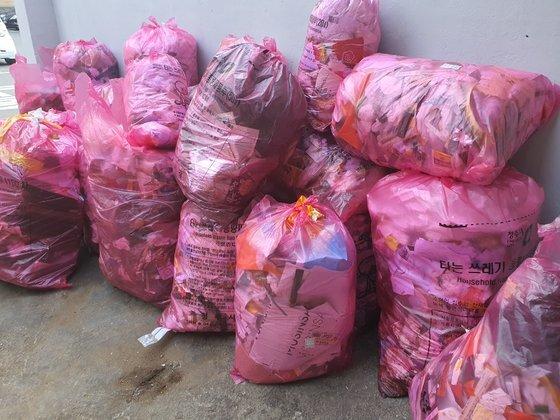 충북 청주시 상당구의 한 건물에 쓰레기종량제 봉투에 담긴 쓰레기가 쌓여있다. 최종권 기자