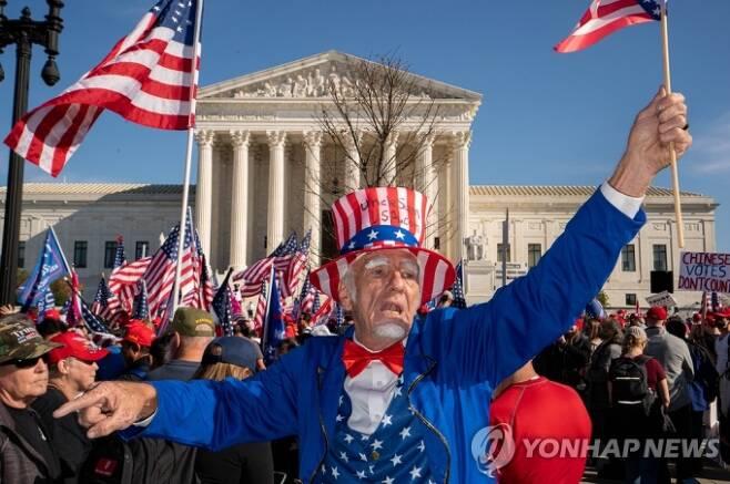 ▲사진=연방대법원 앞에서 행진하는 트럼프 지지자들. UPI/연합