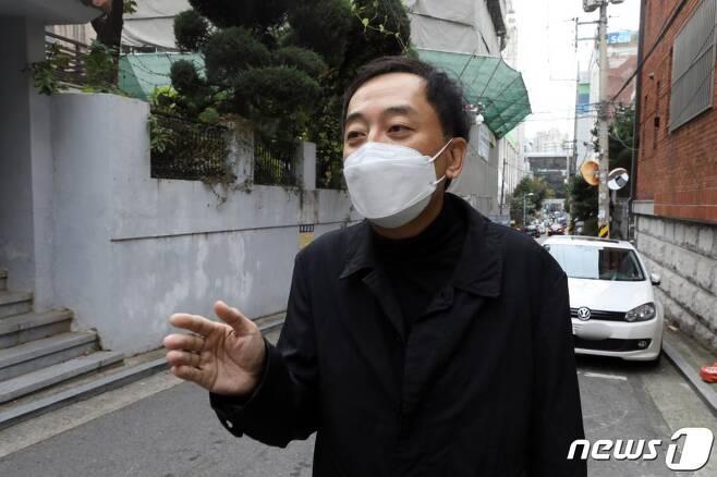 더불어민주당 탈당선언을 한 금태섭 전 의원이 지난 10월 21일 오후 서울 용산구 사무실로 발걸음을 옮기며 취재진과 대화하고 있다. 고위공직자범죄수사처 설치법안에 기권표를 행사했다는 이유로 당의 징계 처분을 받았던 금 전의원은 이날 오전 SNS를 통해 탈당 선언을 했다. /사진=뉴스1