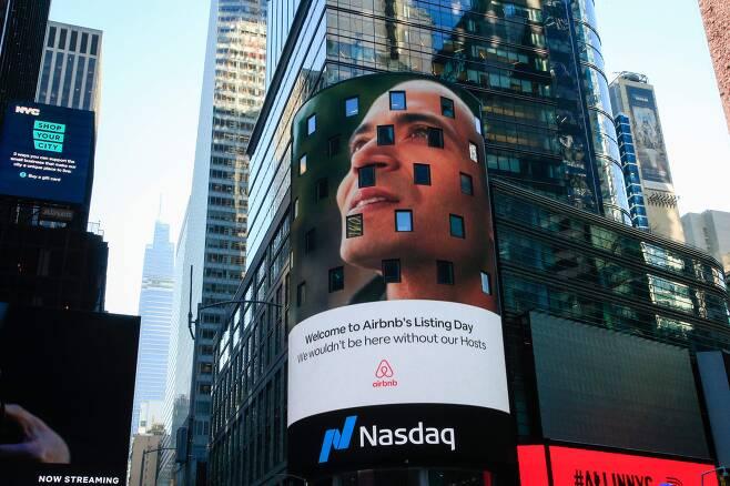 지난 10일 미국 뉴욕 타임스퀘어에 있는 나스닥 디지털보드에 에어비앤비 로고가 나오고 있다. 에어비앤비는 이날 상장으로 기업가치가 단숨에 2배가 됐다. /AFP연합
