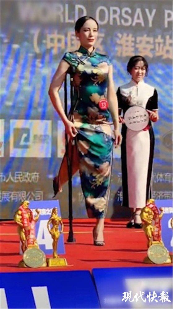 구이위나는 11월 30일 장쑤성 화이안에서 열린 건강미 경연에서 지팡이를 짚었지만 밝고 당당한 모습으로 치파오 부문 1위를 차지하며 중국 사회를 매료시켰다. [중국 현대쾌보망 캡처]