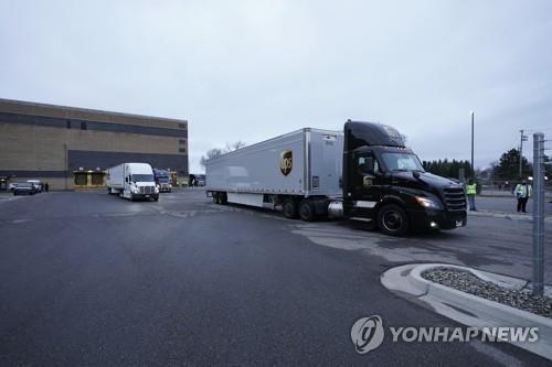 ▲첫 배포 백신 싣고 미국 미시간 공장 출발하는 트럭. 연합뉴스