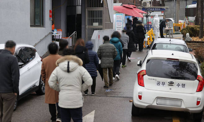 13일 서울 강서구보건소에 마련된 신종 코로나바이러스 감염증(코로나19) 선별진료소에서 검사를 받으려는 시민들이 줄을 서고 있다. 연합뉴스