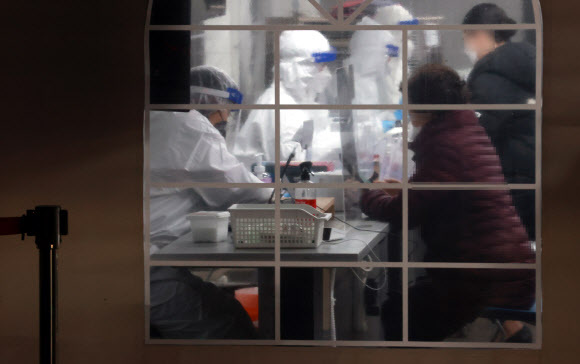 저녁 시간 선별진료소 찾은 시민들 - 13일 오후 서울 강남구 보건소 선별진료소를 찾은 시민들이 신종 코로나바이러스 감염증(코로나19) 검사 접수를 하고 있다. 2020.12.13 연합뉴스