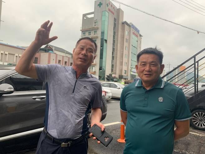 구조 당시 설명하는 신복수(왼쪽), 이은수씨 [연합뉴스 자료]
