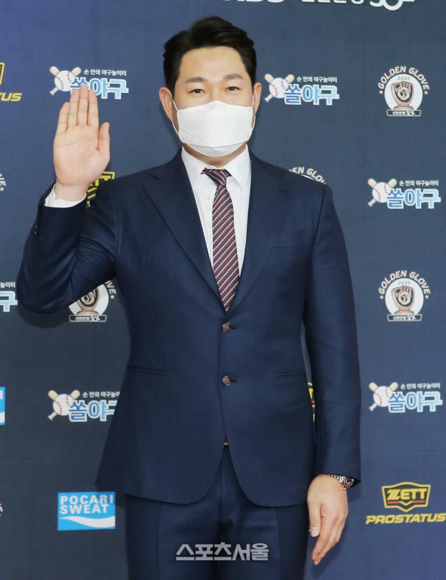NC 다이노스 양의지가 11일 서울 강남구 코엑스 오디토리움에서 진행된  2020 KBO 골든글러브 시상식에 참석해 포즈를 취하고있다. 제공   KBO