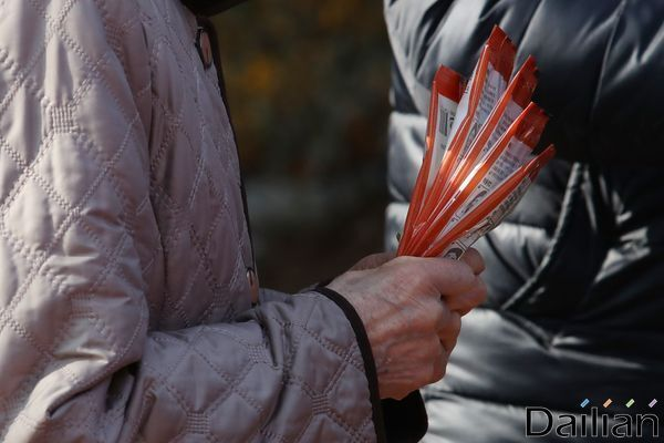 지난 3월 서울 종로구 서서울농협하나로마트 사직점에서 한 노인이 구입한 마스크를 손에 꼭 쥐고 있는 모습.(자료사진) ⓒ데일리안