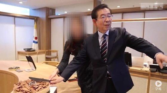 한 유튜브 채널이 전직 서울시청 관계자에게 제보받아 공개한 피해자 A씨의 평소 모습. [유튜브 캡처]